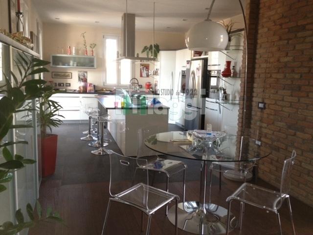 Villa in Vendita a Sesto Calende: 5 locali, 340 mq