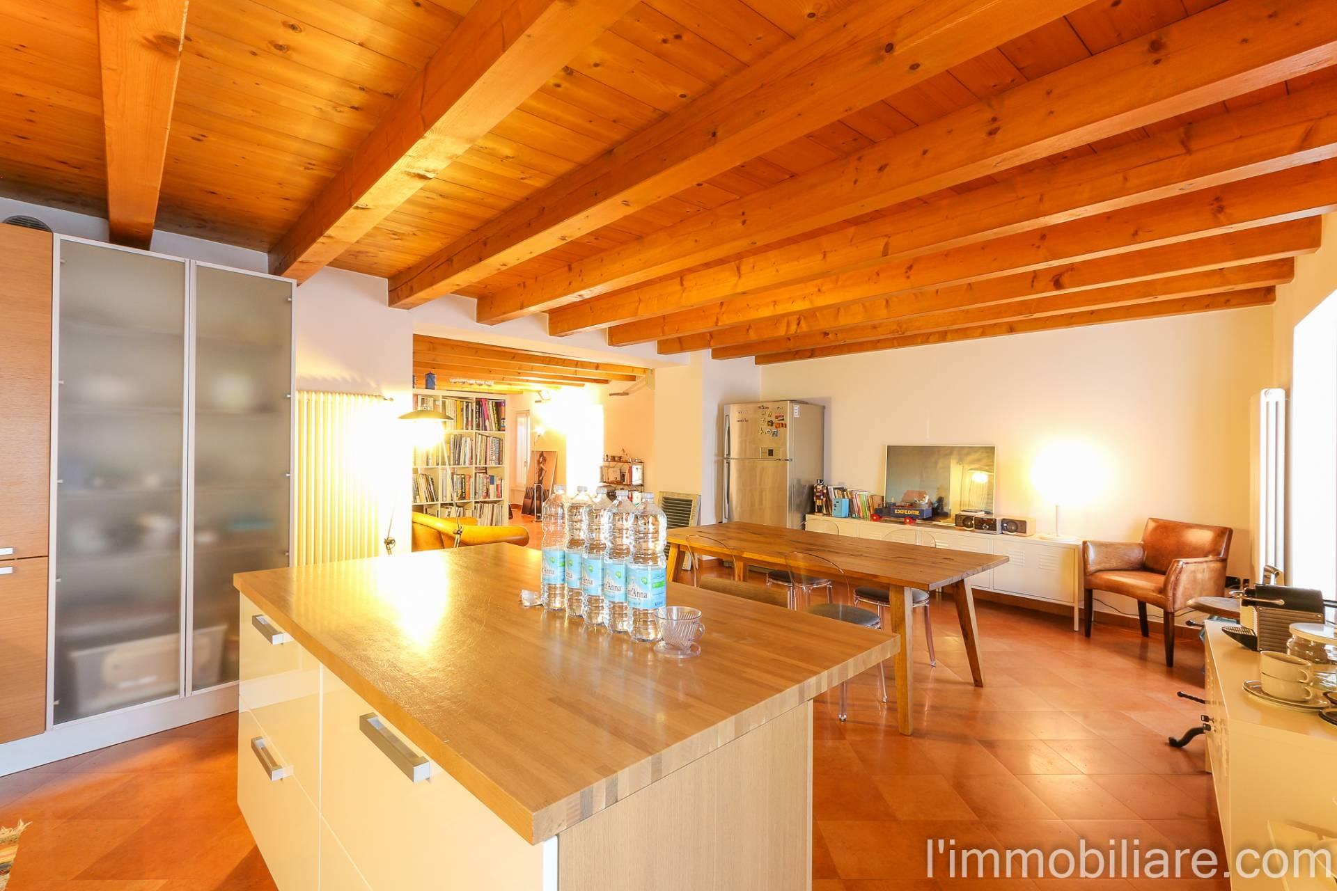 Appartamento in Affitto a Verona Centro: 3 locali, 180 mq