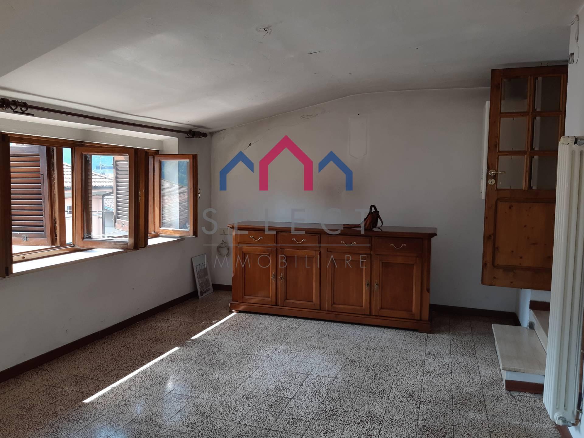 Appartamento in vendita a Barga, 5 locali, zona Località: FornacidiBarga, prezzo € 79.000 | CambioCasa.it