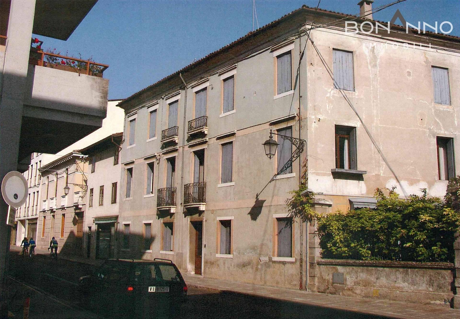 Palazzo / Stabile in Vendita a Bassano del Grappa