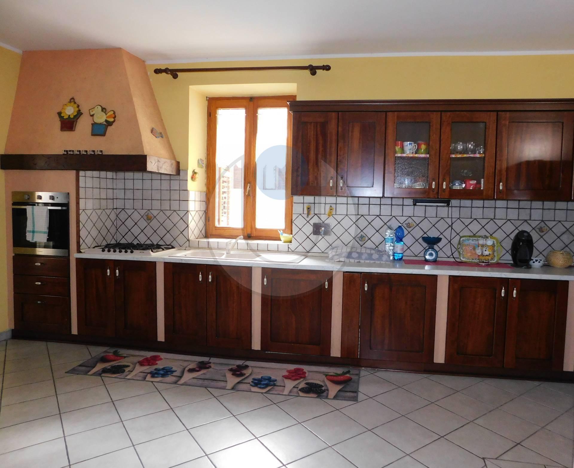 Appartamento in vendita a Giaveno, 8 locali, zona Località: Centro, prezzo € 149.000 | PortaleAgenzieImmobiliari.it