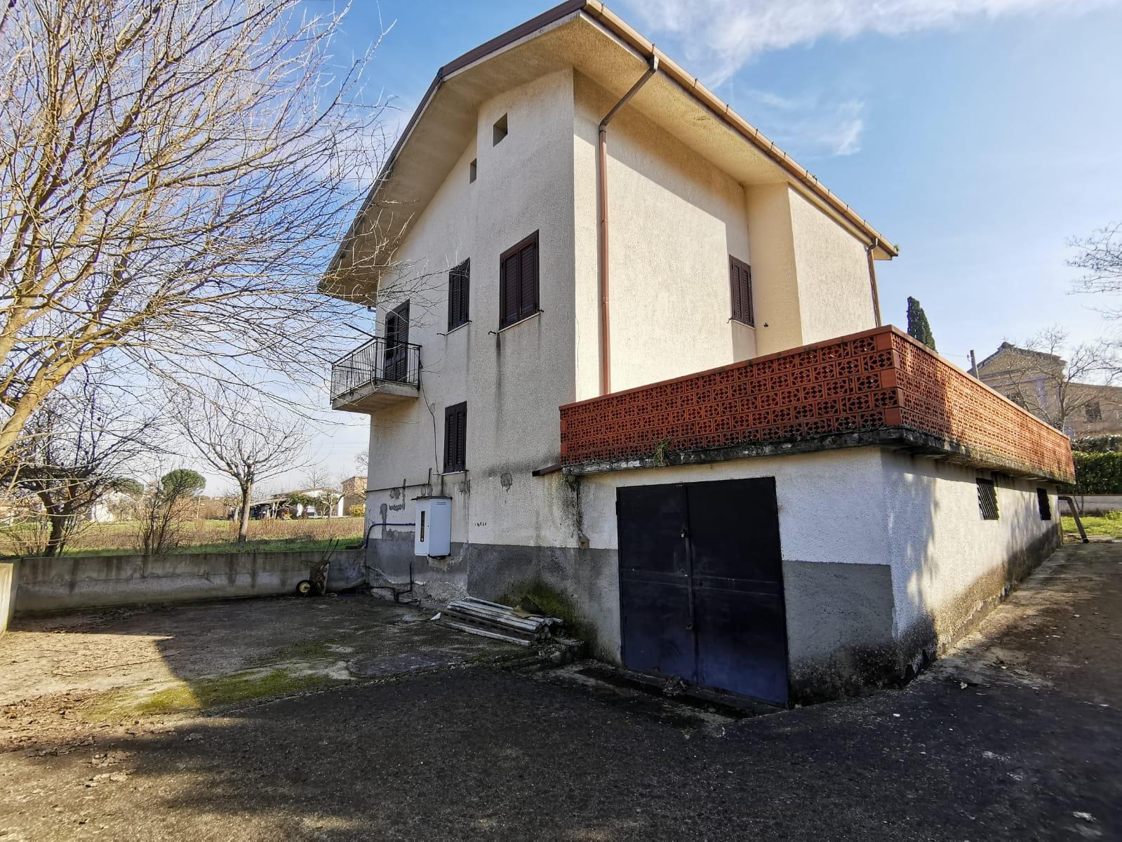 Soluzione Indipendente in vendita a Benevento, 7 locali, zona Località: CONTRADE, prezzo € 185.000   CambioCasa.it