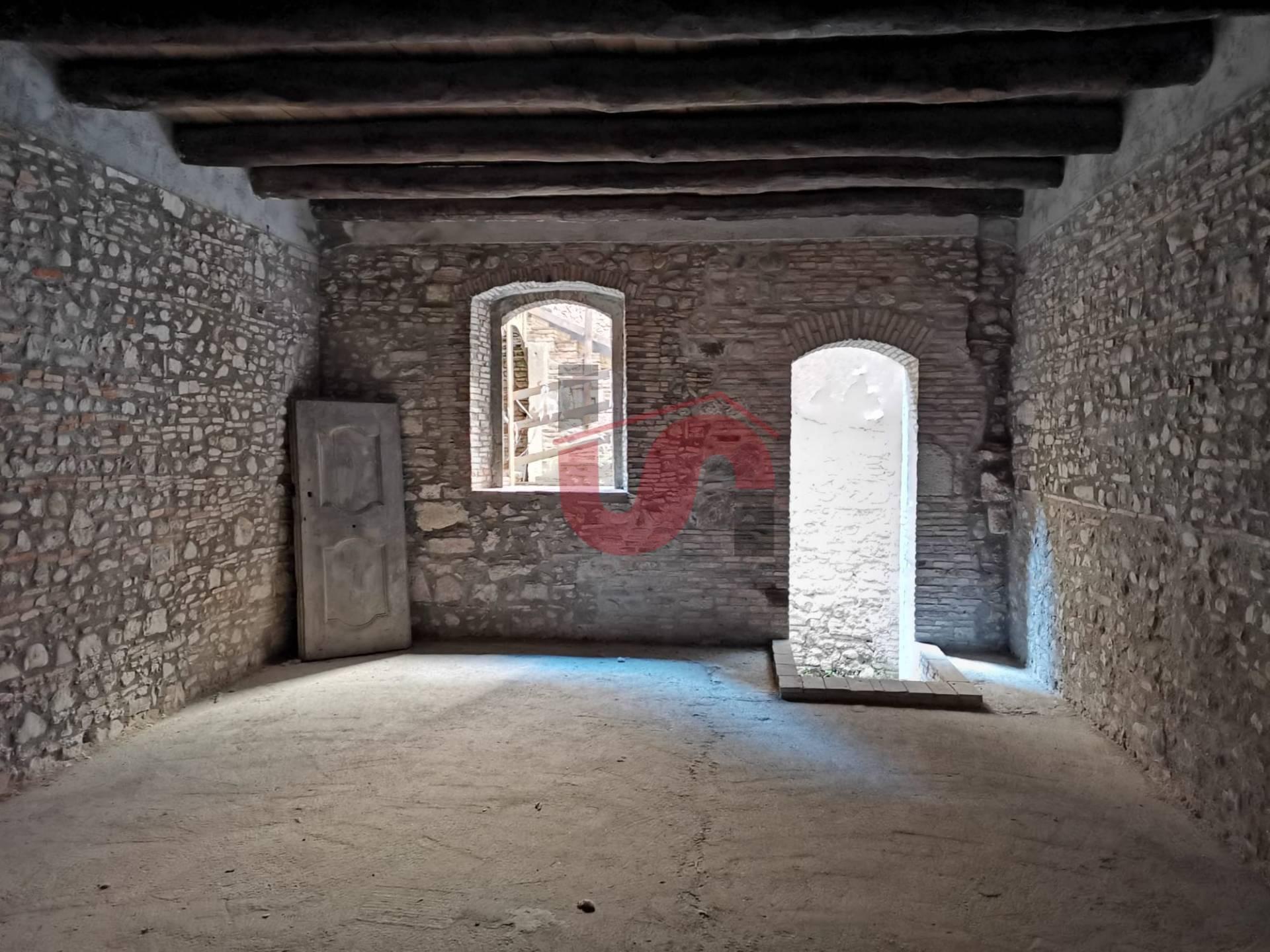 Negozio / Locale in affitto a Benevento, 9999 locali, zona Località: CENTROSTORICO, prezzo € 2.500 | CambioCasa.it