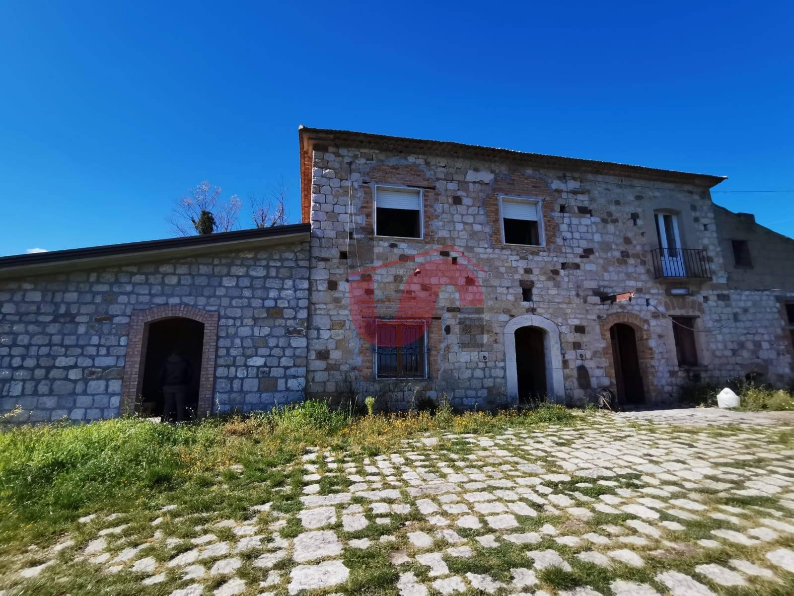 Rustico / Casale in vendita a Foglianise, 12 locali, zona Zona: Cienzi, prezzo € 168.000   CambioCasa.it