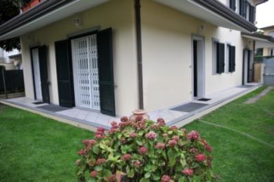 Porzione di trifamiliare in Vendita a Camaiore
