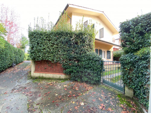 <strong>Villa Bifamiliare in Vendita</strong><br />Forte dei Marmi
